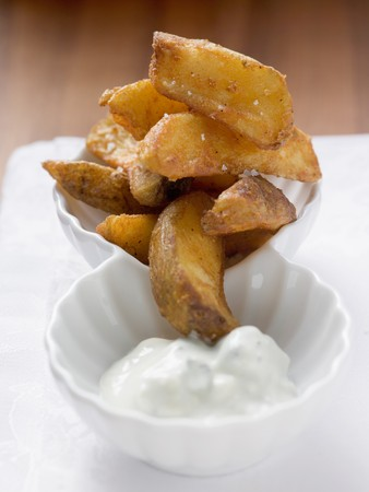 potato wedges: Potato wedges with yoghurt dip LANG_EVOIMAGES
