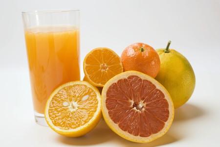 jugo de frutas: Vaso de jugo de frutas y c�tricos frescos