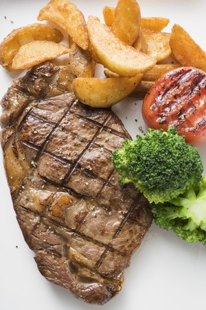 qs: Grilled beef steak with vegetables and potato wedges