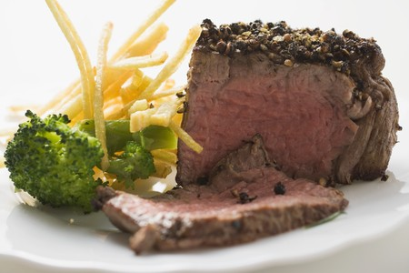 peppered: Peppered steak with broccoli and chips LANG_EVOIMAGES