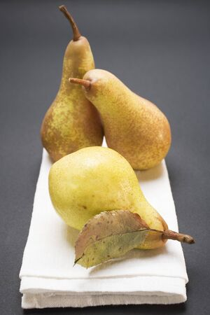 pip: Three pears on cloth LANG_EVOIMAGES