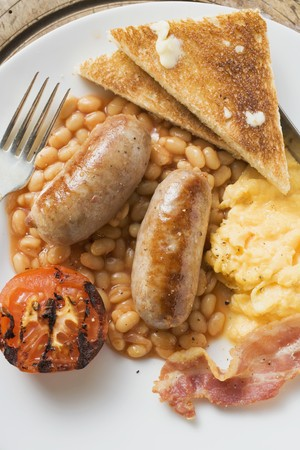 bacon baked beans: Baked beans with scrambled egg, sausages, bacon, tomato & toast
