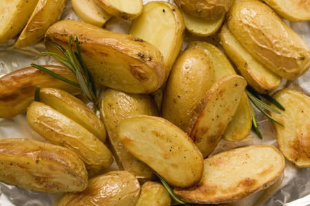 aluminium: Rosemary potatoes on aluminium foil LANG_EVOIMAGES