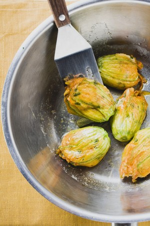 Fried courgette flowers in pan (overhead view) LANG_EVOIMAGES