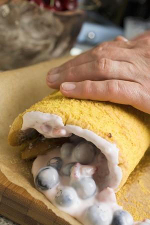 rolling up: Rolling up a sponge roulade LANG_EVOIMAGES