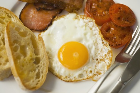 english breakfast: English breakfast with bacon, fried egg and tomato