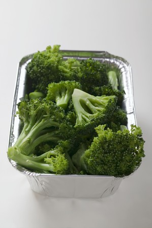 broccolli: Steamed broccoli in an aluminium container LANG_EVOIMAGES