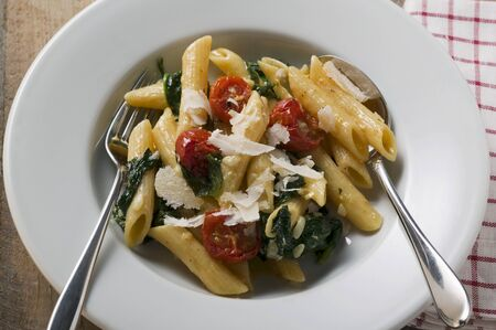 pine kernels: Rigatoni with spinach and cocktail tomatoes