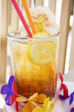 libre: Cuba Libre with slice of lemon and amaryllis flower LANG_EVOIMAGES
