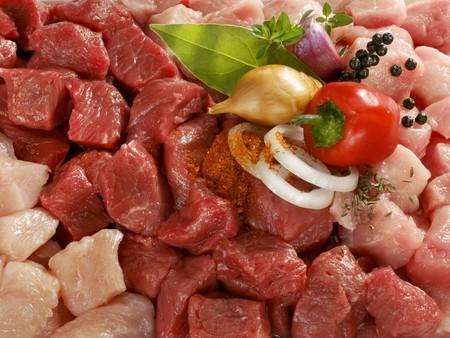 produits alimentaires: Viande en dés mélangé avec oignons, herbes et épices LANG_EVOIMAGES