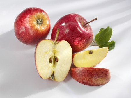 pip: Royal Gala apples, whole and cut into pieces LANG_EVOIMAGES