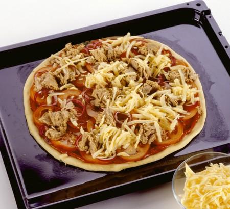 tunafish: Unbaked tuna pizza on baking tray