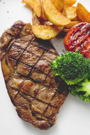 qs: Grilled rump steak with country potatoes and vegetables