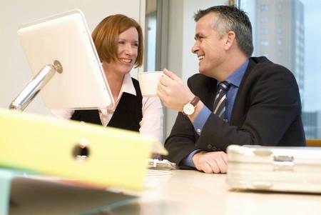 personas tomando cafe: La gente de negocios que beben el caf� en una reuni�n de oficina LANG_EVOIMAGES
