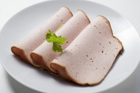 albondigas: Tres rebanadas de Leberkse (un tipo de pastel de carne) en un plato LANG_EVOIMAGES