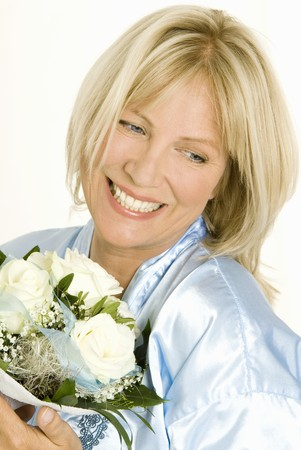 hold ups: Smiling woman holding bouquet of white roses in her hands