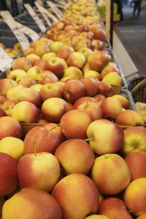 market stall: Apples on a market stall LANG_EVOIMAGES