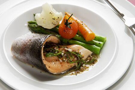 salmo trutta: Fried trout fillet with lemon vinaigrette and vegetables LANG_EVOIMAGES