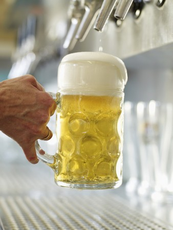litre: Pouring a litre of draught beer