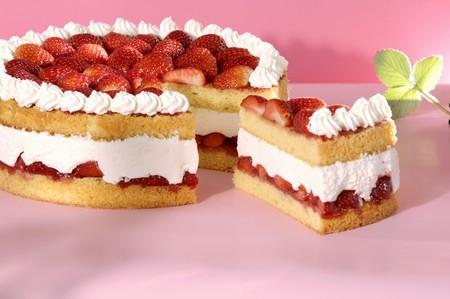 cream on cake: Un pastel de crema de fresas con una pieza cortada LANG_EVOIMAGES