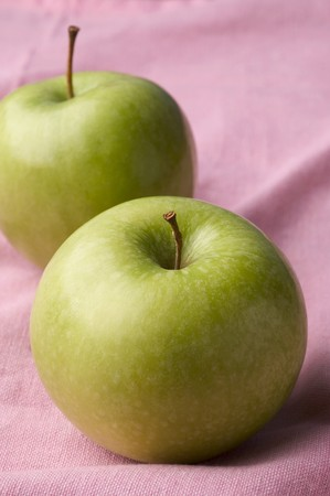 granny smith: Two Granny Smith apples LANG_EVOIMAGES