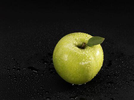 granny smith: A Granny Smith apple