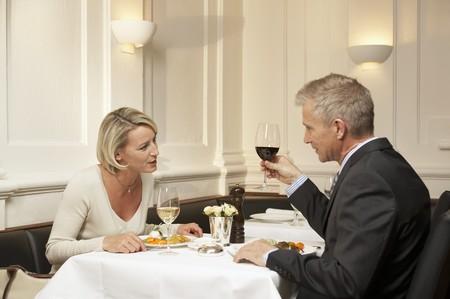 pareja de esposos: Pareja de casados ??maduros que tienen una comida