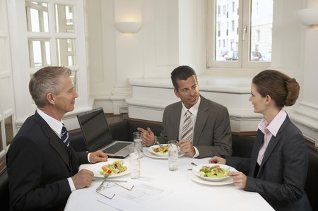 30 to 35 year olds: Two men and a businesswoman having a meal LANG_EVOIMAGES