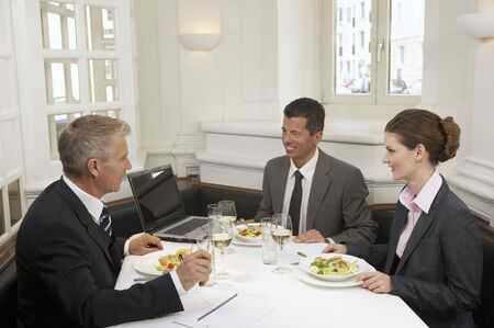 35 to 40 year olds: Business people having a meal LANG_EVOIMAGES