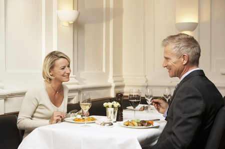 35 to 40 year olds: Man and woman having a meal in a restaurant LANG_EVOIMAGES