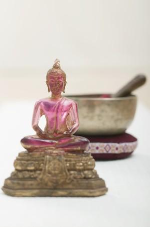 singing bowl: Una figura religiosa asiatica con la ciotola di canto