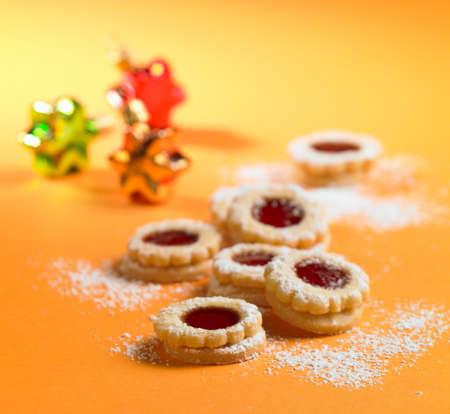 jam biscuits: Biscotti di marmellata cosparsi di zucchero a velo (Natale)