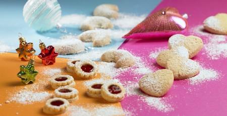 jam biscuits: Biscotti di marmellata, cuori di mandorle e cornetti alla vaniglia