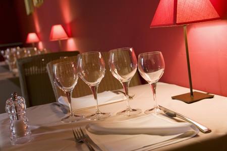 abatjour: Tavola apparecchiata per due in un ristorante