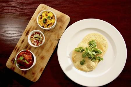 contorni: Un poppadom con contorno (riso al curry, insalata, pomodoro e cipolla purea) LANG_EVOIMAGES