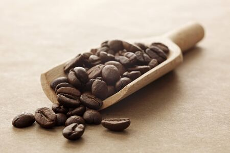 wooden scoop: Coffee beans on a wooden scoop LANG_EVOIMAGES