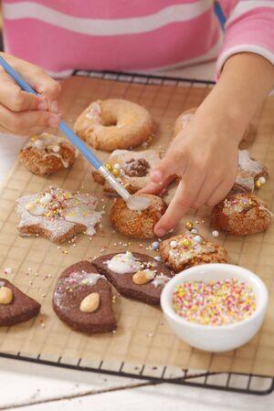 sucre glace: Une fille d�corer des biscuits de sucre glace
