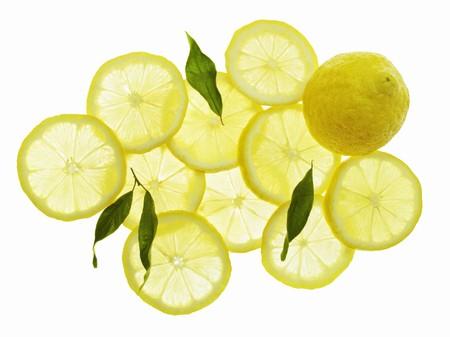 lemon slices: Un intero limone, fette di limone e foglie LANG_EVOIMAGES