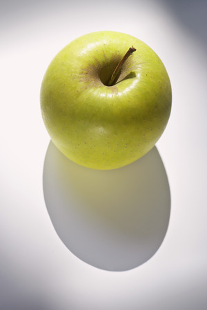 granny smith: A Granny Smith apple