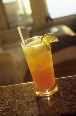jugo de frutas: Jugo de frutas y vodka c�ctel con cal y paja LANG_EVOIMAGES