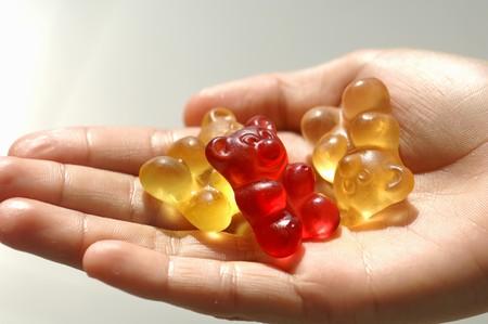 gummi: Tre orsi gummi in mano di qualcuno