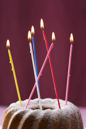 candeline compleanno: Gugelhupf con candele di compleanno