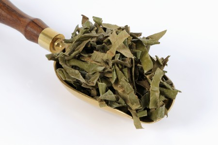 nature cure: Dried loquat leaves in a scoop LANG_EVOIMAGES