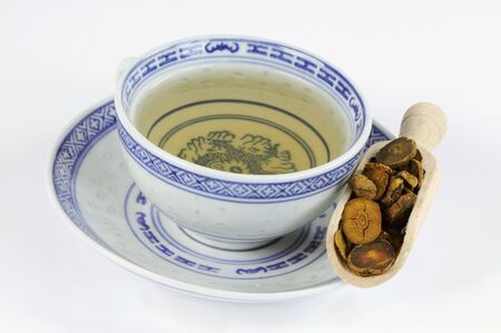 corydalis: Bowl of tea with corydalis root in a wooden scoop LANG_EVOIMAGES