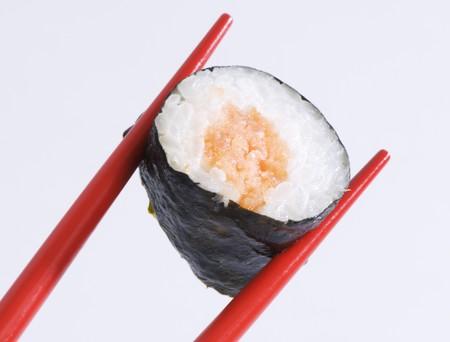 maki sushi: Un sushi maki avec des baguettes LANG_EVOIMAGES