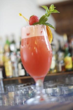 cocktail de fruits: Un cocktail de fruits sur un comptoir de bar