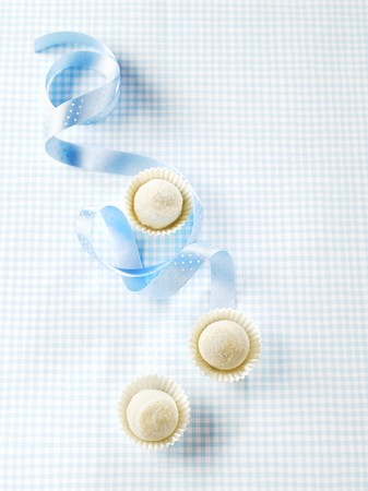 trufas de chocolate: Tres trufas de chocolate blanco en casos de papel LANG_EVOIMAGES