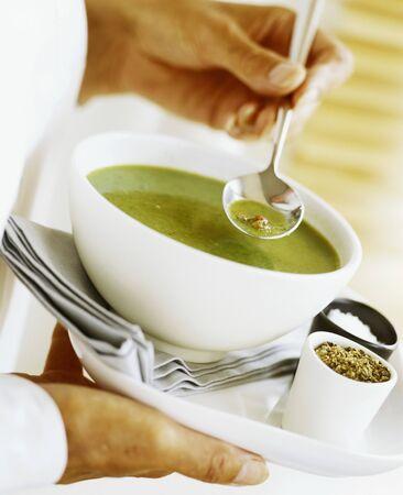 pancetta cubetti: Zuppa di piselli refrigerata con cubetti di speck LANG_EVOIMAGES