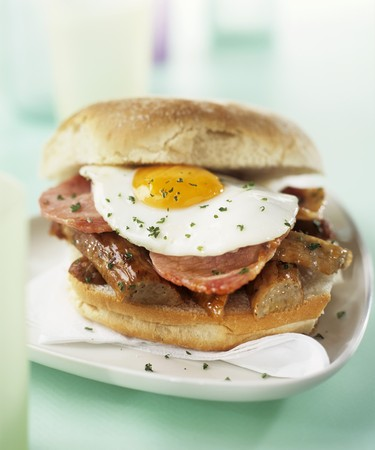 uk cuisine: Sausage, bacon and fried egg sandwich