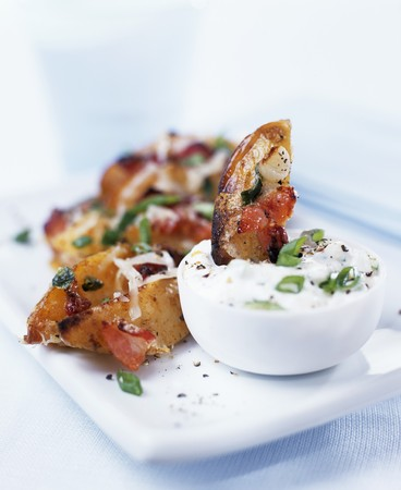 oven potatoes: Potato wedges with bacon and sour cream dip